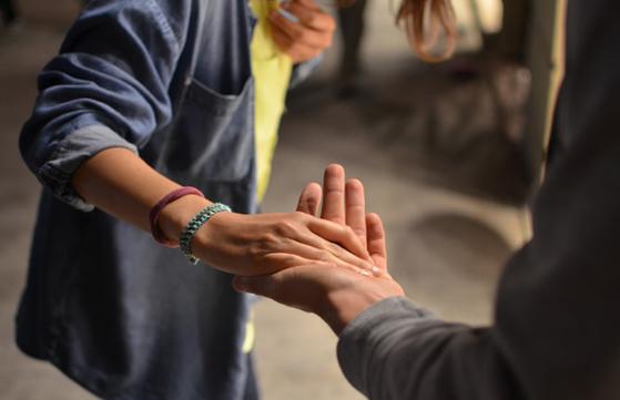 mujer dando la mano apoyo